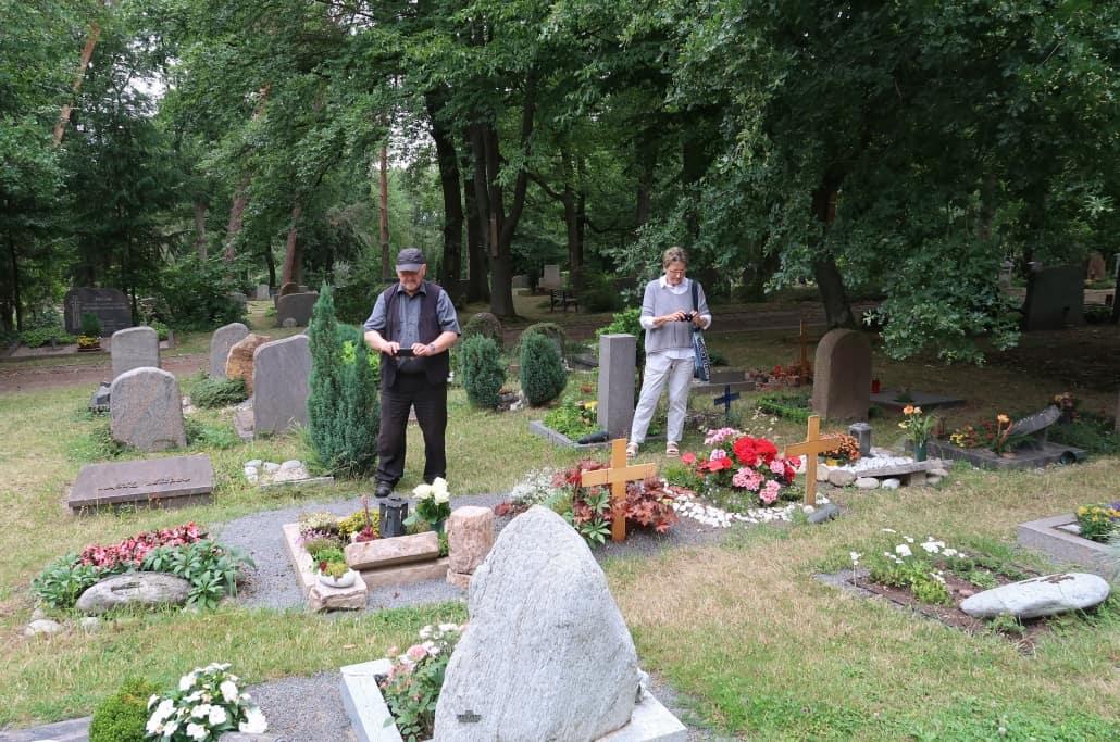 Kaum zu glauben: Ehepaar dokumentiert Grabsteine von 1.160 Friedhöfen