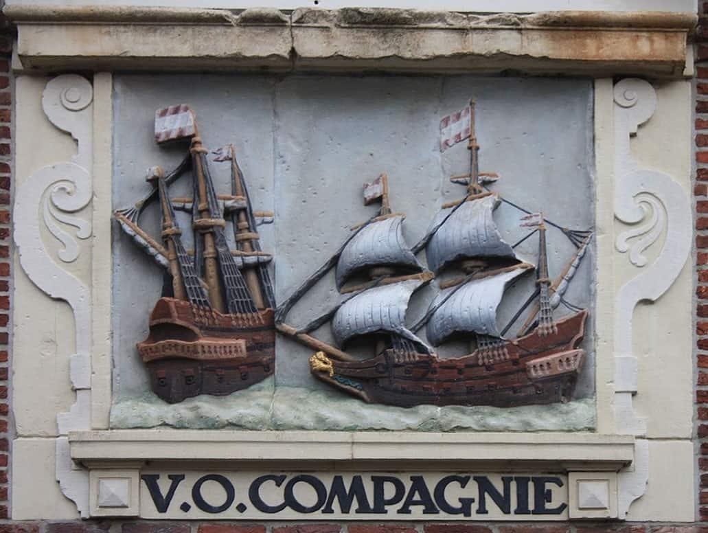 Tafel der Vereinigte Ostindische Kompanie an einer Hauswand in Hoorn/Niederlande