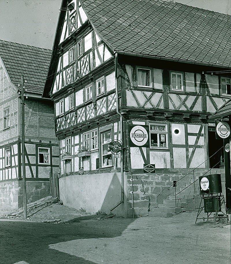 Zu den neuen Online-Ortsfamilienbüchern gehört auch Oberweid in Thüringen. Hier ein Bild des Fachwerkhauses von Georg Fey in Oberweid um 1920